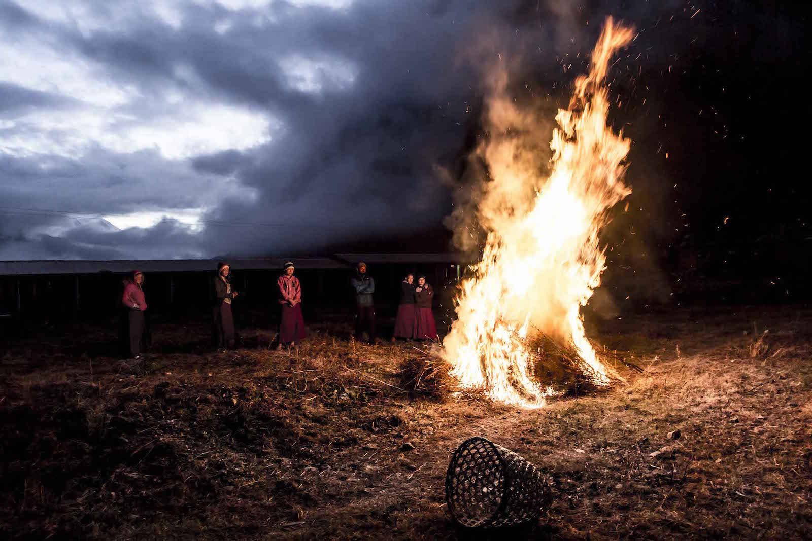 tirage photo feu dans la nonnerie chez les tsumbas du nepal