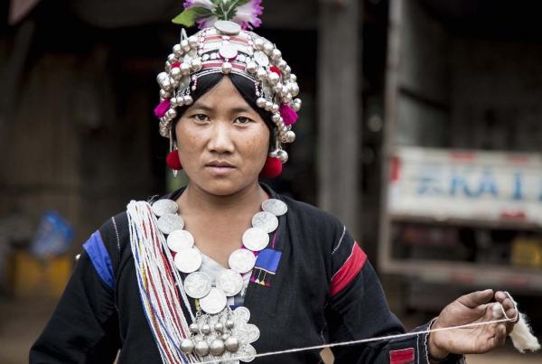 tirage photo fileuse de coton chez les akhas du laos