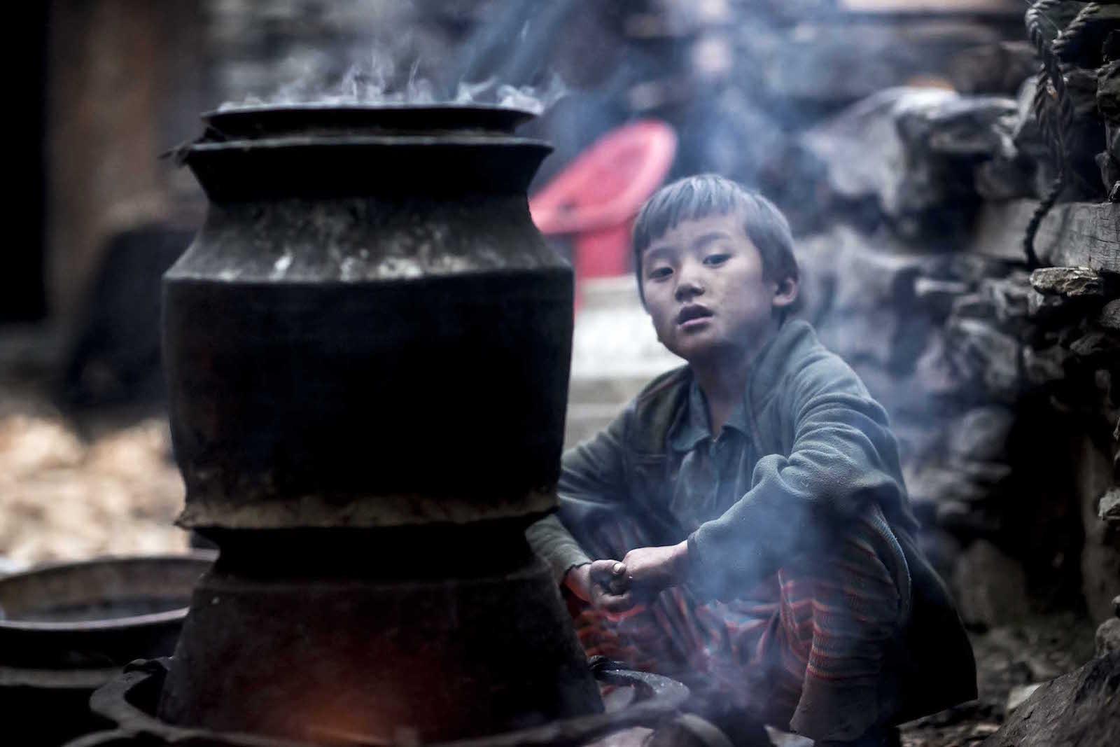 tirage photo poings serres chez les tsumbas du nepal